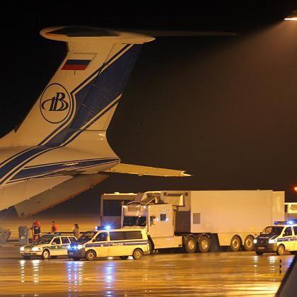 Atommüll auf dem Weg nach Russland: Spezialisten beladen die Frachtmaschine auf dem Dresdner Flughafen