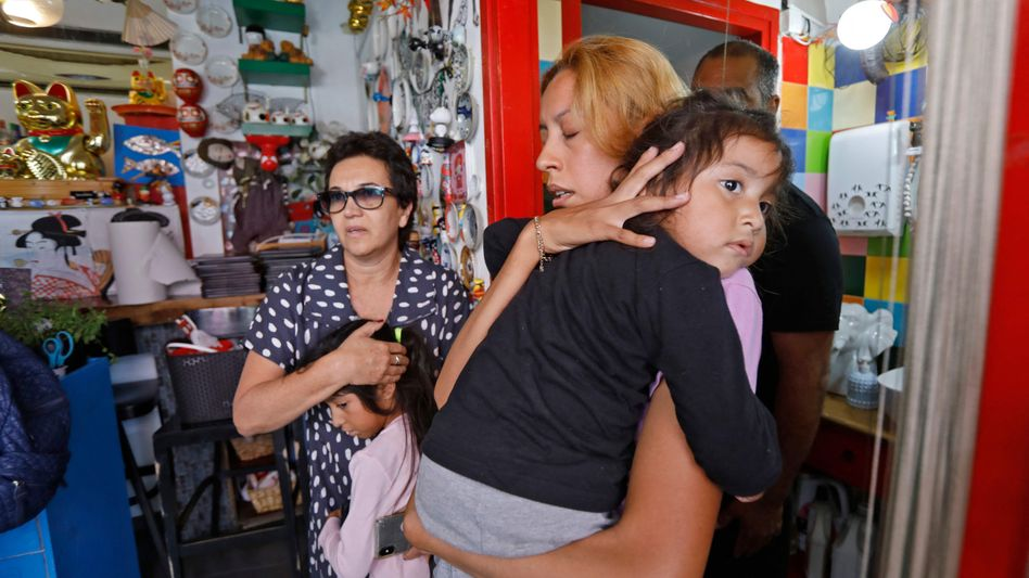 In der Stadt Bat Yam südlich von Tel Aviv suchen Israelis Schutz in einem Laden