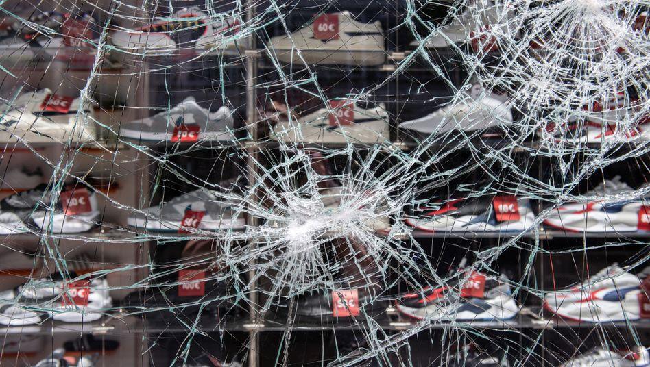 Am Wochenende beschädigtes Geschäft in der Stuttgarter Innenstadt