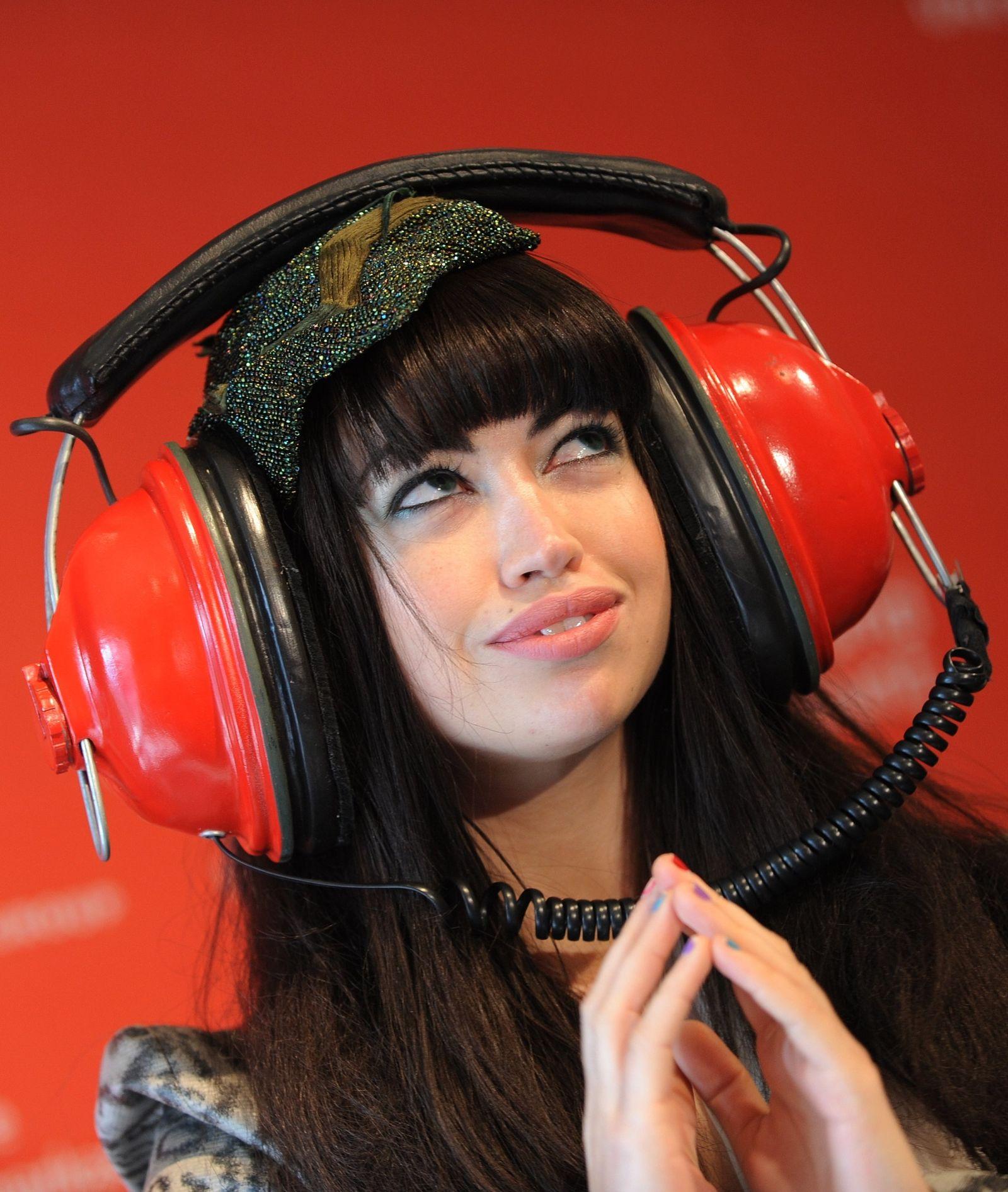 Aura Dione wirbt für Sparkassen-Kreditkarte mit Soundaccount