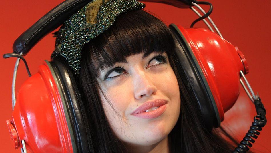 Die dänische Sängerin Aura Dione auf einer Werbeveranstaltung: MP3 geht auf die Ohren