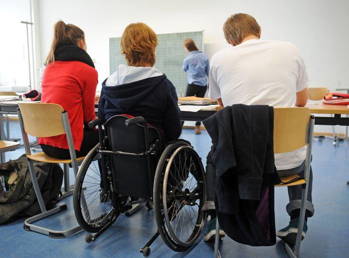 Schüler mit und ohne Behinderung in einem Klassenraum (Symbolbild)
