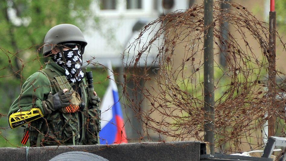 Maskierter Bewaffneter in Donezk: Separatisten hielten Rot-Kreuz-Geiseln fest