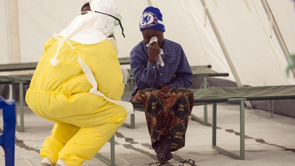 Mitarbeiter eines Gesundheitszentrums in Sierra Leone (Archivbild): Doch nicht besiegt?