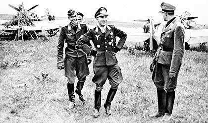 """Werner Mölders (Mitte) mit Kameraden: Der von den Nazis hochdekorierte Oberstleutnant flog für die """"Legion Condor"""""""