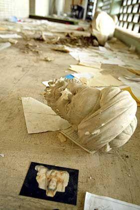 """Zerstörte Kunstgegenstände nach den Plünderungen: """"So lange archäologische Objekte Geld bringen, werden sie Räubern zum Opfer fallen"""""""