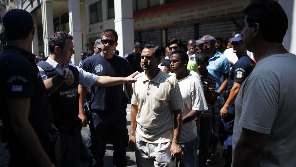 Vorgehen gegen Migranten in Athen: Polizisten bringen illegale Flüchtlinge in Auffanglager