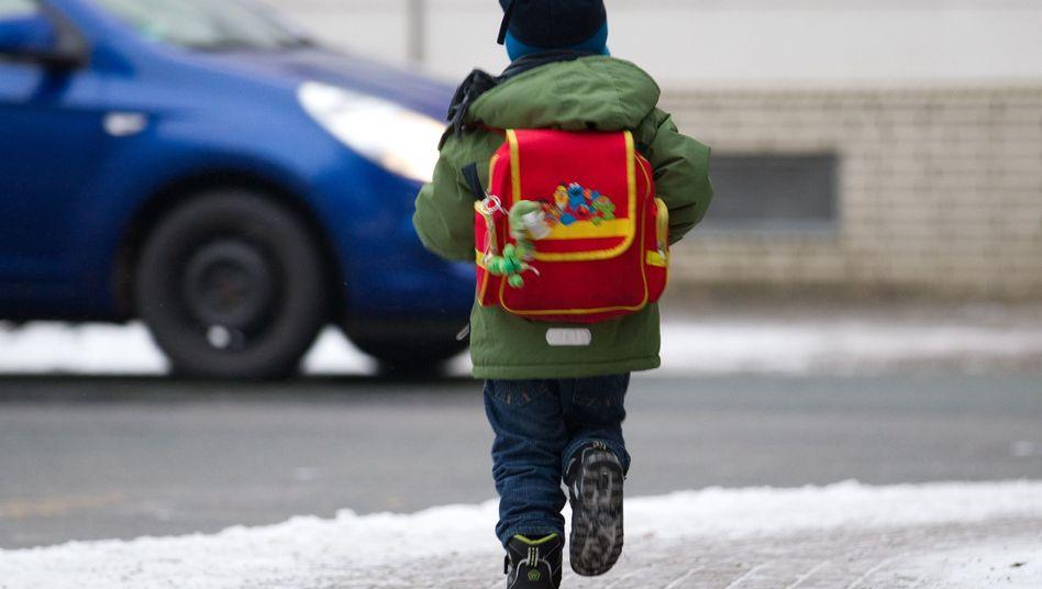 Auf dem Schulweg: Eltern müssen die Schulpflicht umsetzen