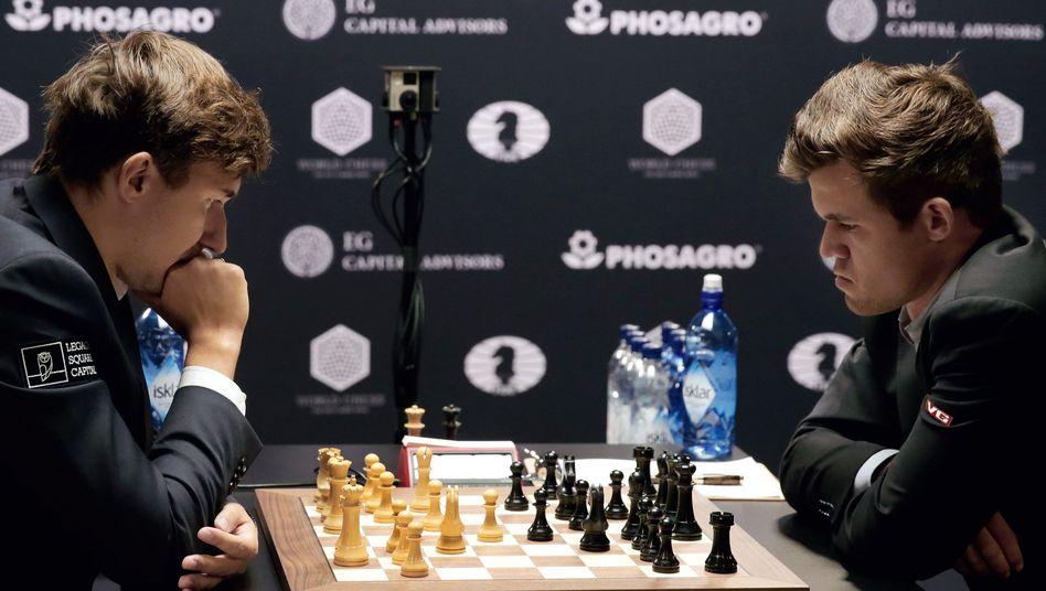 Schachrivalen Karjakin, links, Carlsen