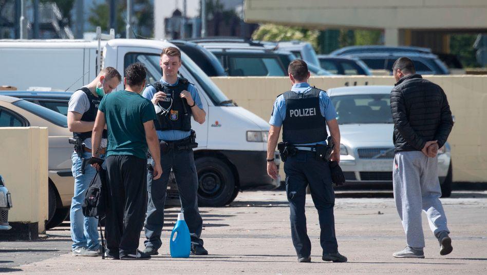 Polizeikontrolle auf einem Parkhausdeck in Dietzenbach nach dem Angriff auf Einsatzkräfte
