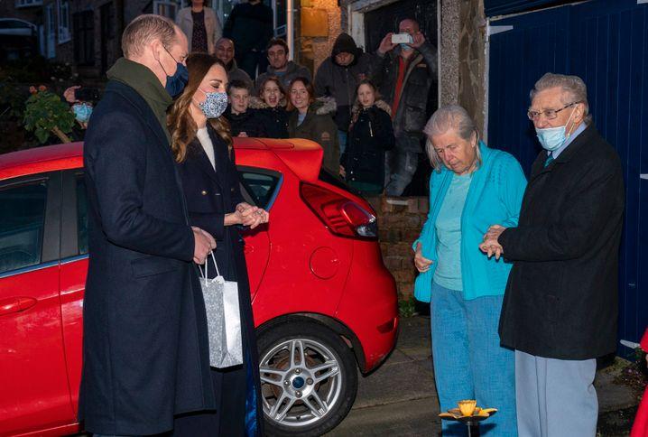 Prinz William und Kate besuchen ältere Anwohner und freiwillige Helfer in Batley, um öffentlich für das Hilfsprogramm zu werben