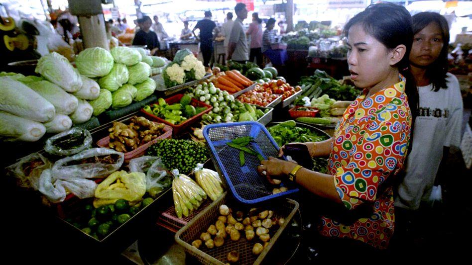 Marktstand in Bangkok (Archivbild): Wissenschaftler testen derzeit eine Corona-Testmethode bei Markthändlern