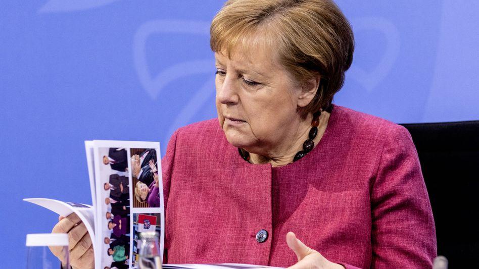 16 Jahre Erinnerungen: Angela Merkel bekam einen Bildband geschenkt