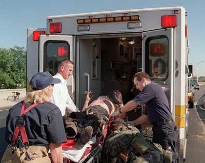 Rettungskräfte sind pausenlos im Einsatz um die zahlreichen Verletzten zu versorgen