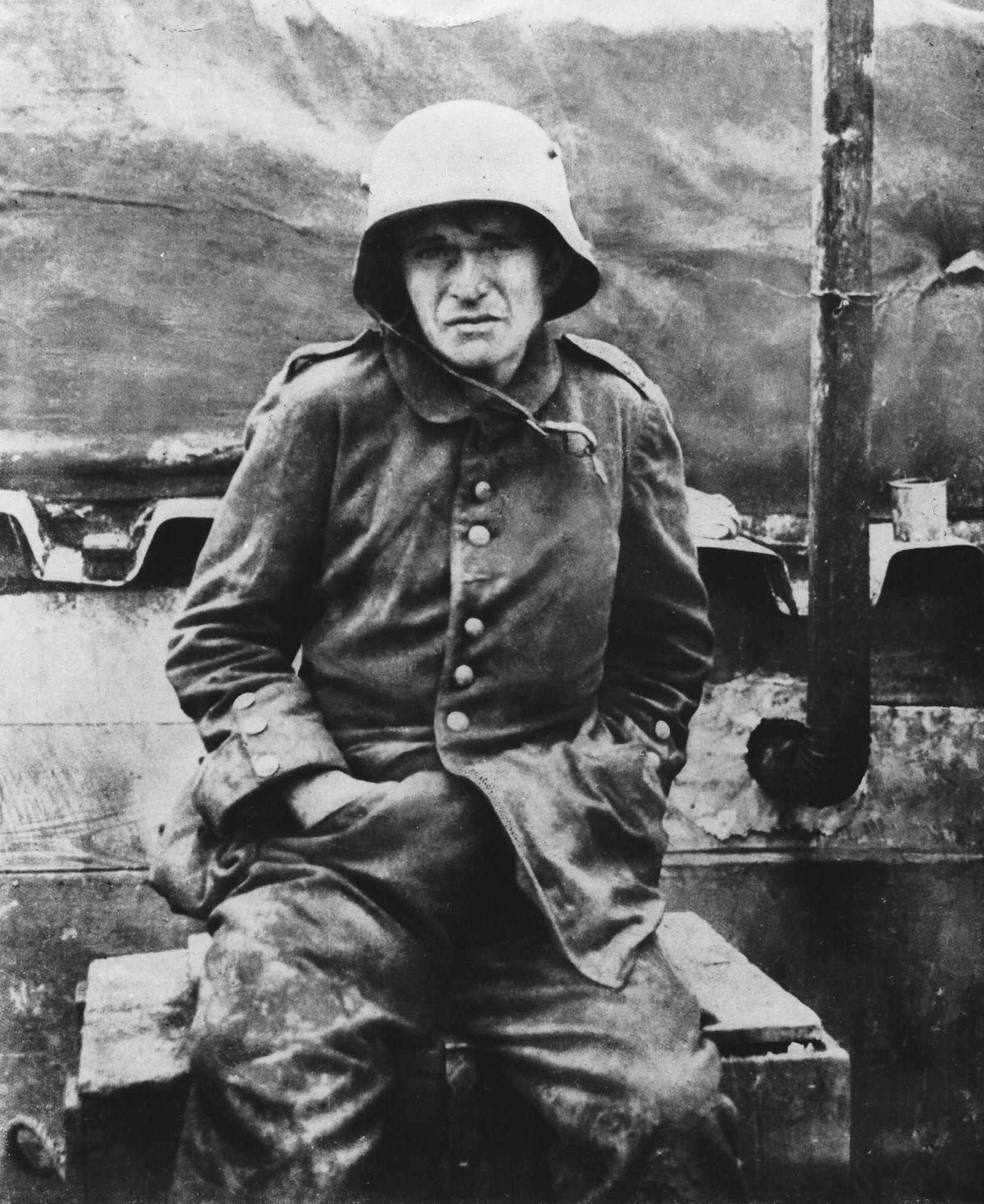 Kriegszitterer - 1.WK, D: Soldaten-Portraet: Soldat, erschoepft 1918