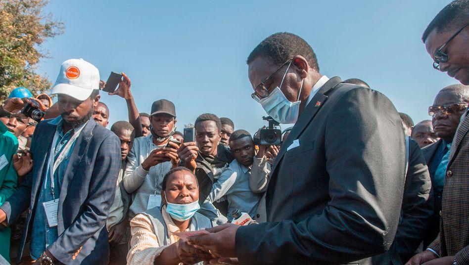 Oppositionskandidat Lazarus Chakwera bei der Stimmabgabe in Malawis Hauptstadt Lilongwe