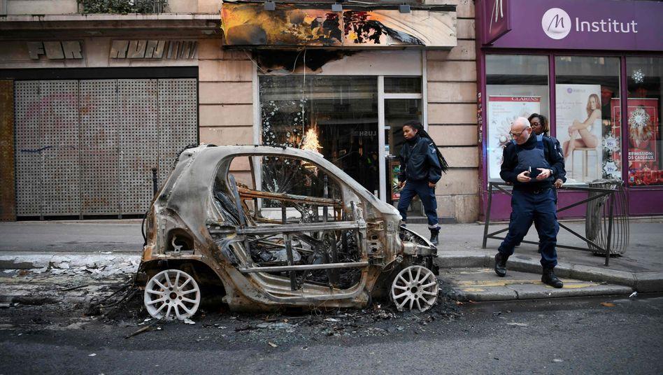 Ausgebranntes Auto in Paris