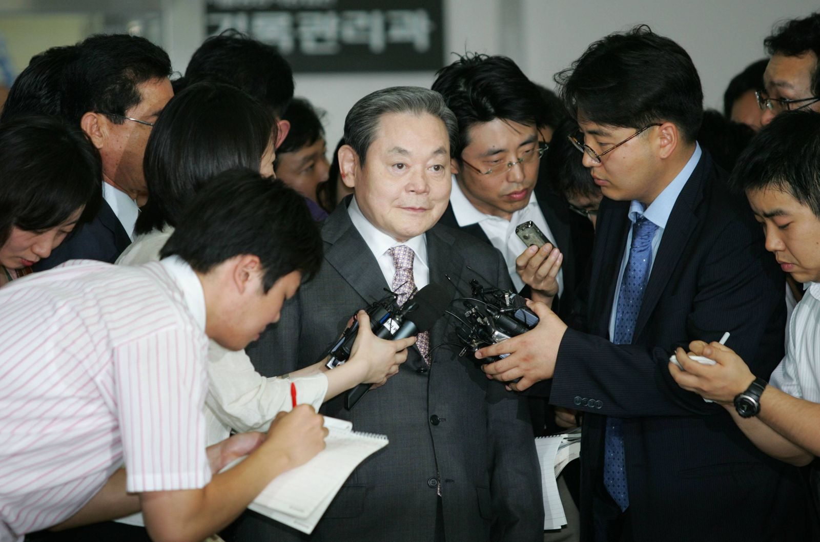Jul 16 2008 Seoul South Korea LEE KUN HEE former Samsung Group chairman is surrounded by rep