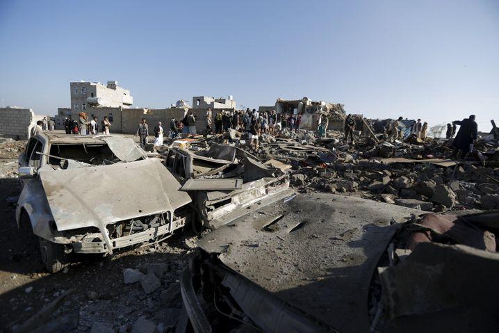 Zerstörte Autos und Gebäude: Luftangriff der Allianz nahe des Flughafens der jemenitischen Hauptstadt