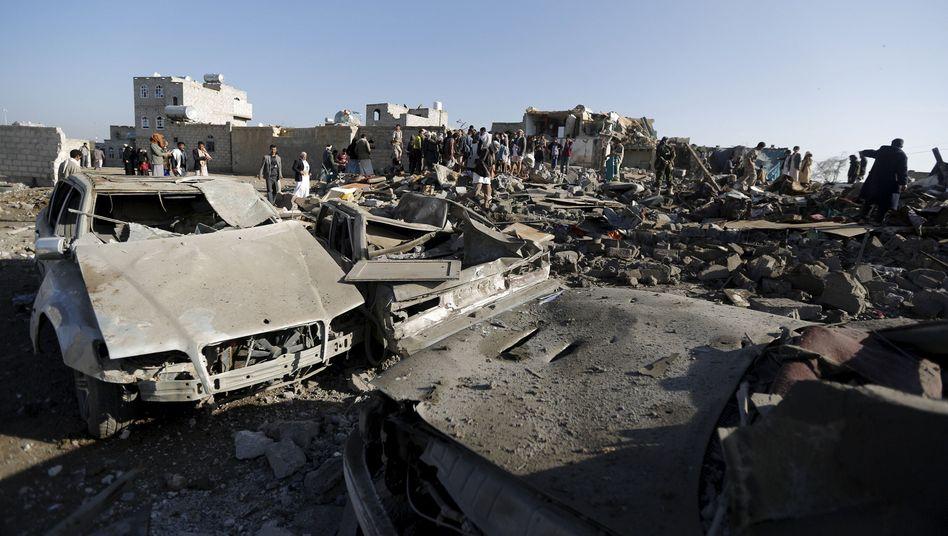 Zerstörungen nahe dem Flughafen in Sanaa: Allianz gegen die Huthis