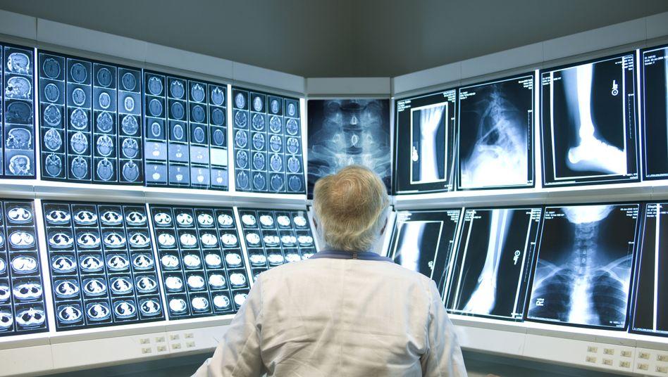 Mediziner bei der Arbeit: Abwägen zwischen Verdienst und Versorgung
