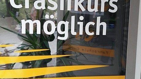 Schaufenster einer Fahrschule in Oldenburg