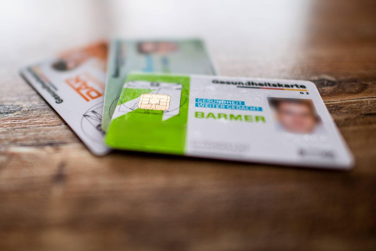 Krankenkassenbeiträge sollen steigen Politik, Gesundheit, Krankenkasse: Gesundheitskarten von zwei deutschen Krankenkass