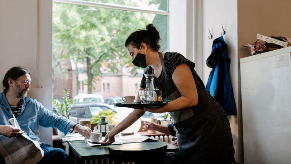 Bedienung in einem Café: Viele Jobs in der Gastronomie fallen wegen des Shutdowns wieder weg
