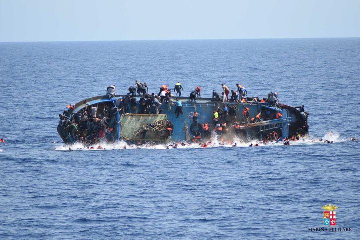 ARCHIV - ILLUSTRATION - Das Handoutfoto der italienischen Marine zeigt ein am 24.05.2016 kenterndes Flüchtlingsboot vor der libyschen Küste. Die Marine bestätigte fünft Tote auf dem Boot gefunden zu haben, über 550 Flüchtlinge konnten gerettet werden. EPA/ITALIAN NAVY / HANDOUT HANDOUT EDITORIAL USE ONLY/NO SALES (zu dpa «Unicef:Schmuggler schossen vor Katastrophe auf Flüchtlinge» vom 04.11.2016) +++(c) dpa - Bildfunk+++ |