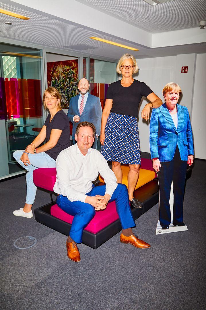 """Hirschhausen mit den SPIEGEL-Redakteurinnen Britta Stuff und Christiane Hoffmann im Hauptstadtbüro des SPIEGEL: """"Erfolg ist gut für die Gesundheit"""""""