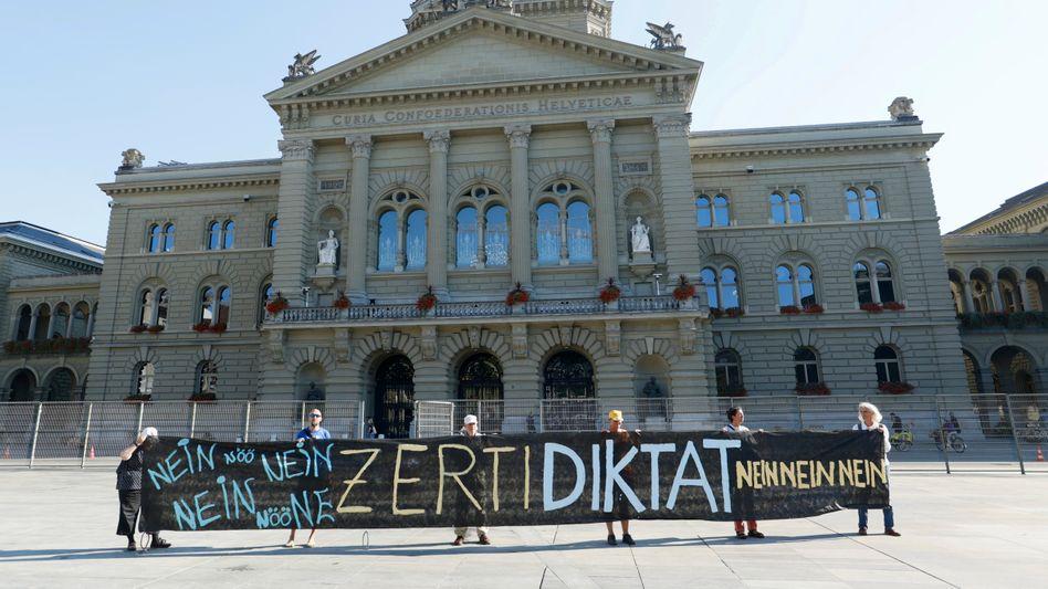Protest vor dem Bundeshaus in Bern: Nirgendwo im westlichen Europa sind so wenige Menschen gegen das Coronavirus geimpft wie in der Schweiz