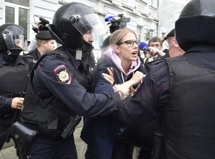 Ljubow Sobol am Samstag in Moskau umringt von Polizisten