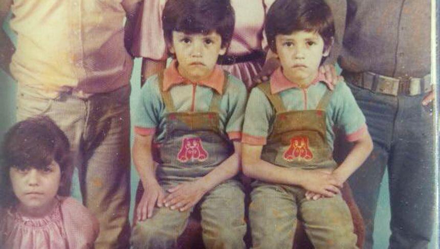 Ahmet Özdemir als Kind (Mitte), mit Schwester und Zwillingsbruder