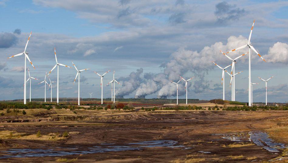 Windräder Braunkohlekraftwerk in Brandenburg