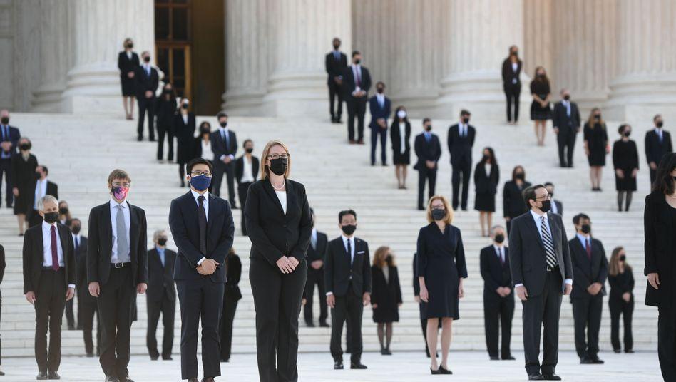 Mitarbeiter des Supreme Courts erwarten den Sarg mit dem Leichnam Ruth Bader Ginsburgs