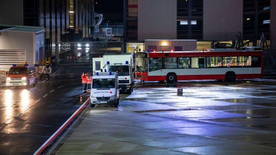 Einsatzfahrzeuge auf dem Gelände des Flughafens in Hannover: 63 Passagiere müssen über Nacht auf ihr Testergebnis warten