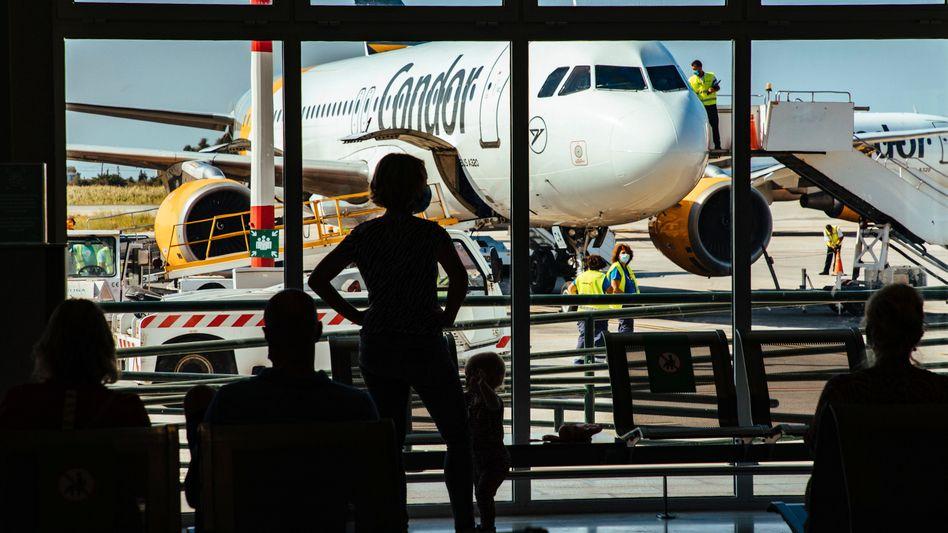 Condor-Airbus auf dem Flughafen der griechischen Insel Samos