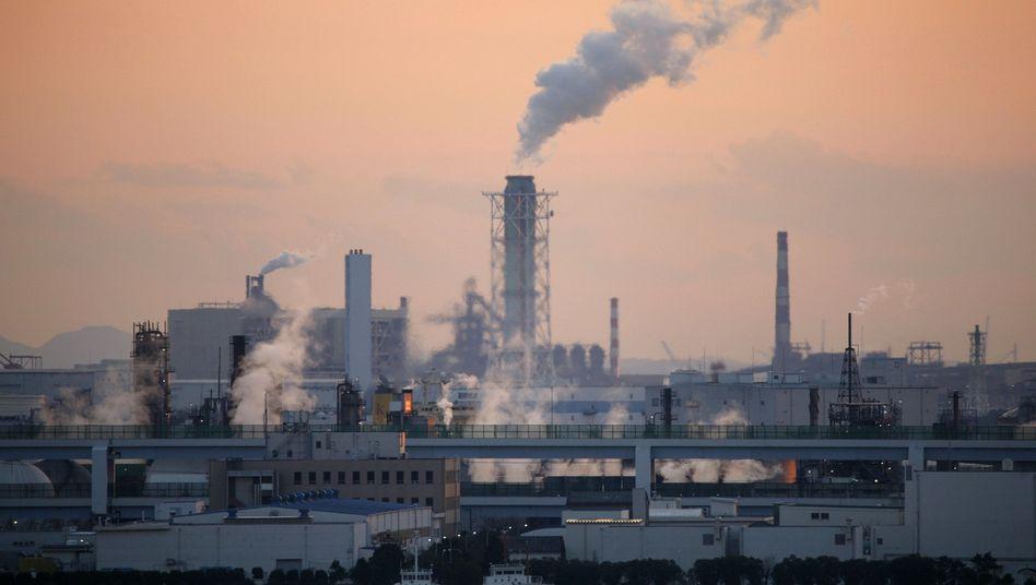 """Industriegebiet in Tokio (Archivbild): Japan hält sein Reduktionsziel von 2009 für """"völlig gegenstandslos"""""""