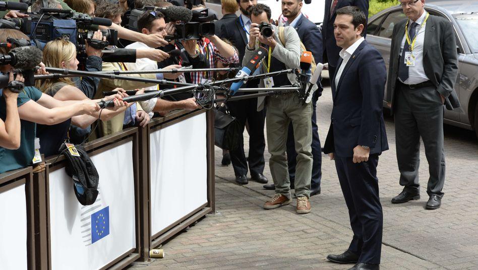 """Alexis Tsipras vor Journalisten in Brüssel: """"Der Retter ist ja im Recht"""""""