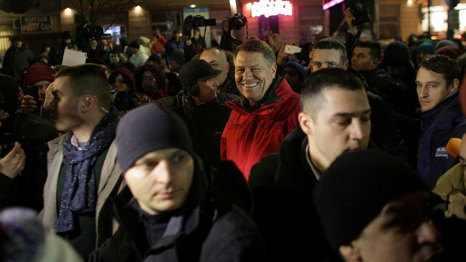 Präsident Iohannis, in Rot, auf der Demonstration