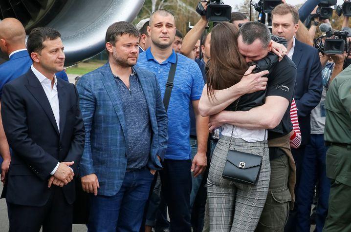 Selenskyj bei der Ankunft der Gefangenen in Kiew: Regisseur Oleg Senstow umarmt seine Tochter