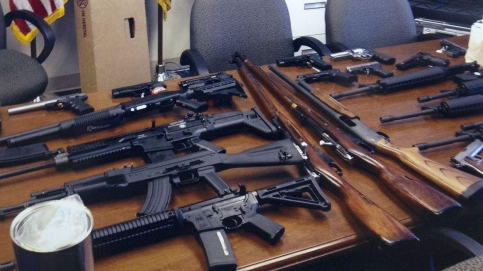 In Wohnung des Verdächtigen gefundene Waffen: Drohung gegen Ex-Chef