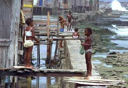 Slum (in Brasilien): Spender in Abhängigkeitsverhältnissen