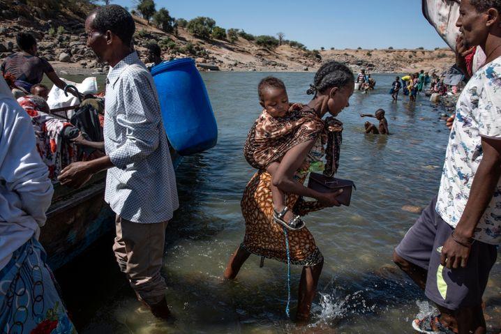 Flucht vor dem Tod: Männer und Frauen an der Grenze zum Sudan