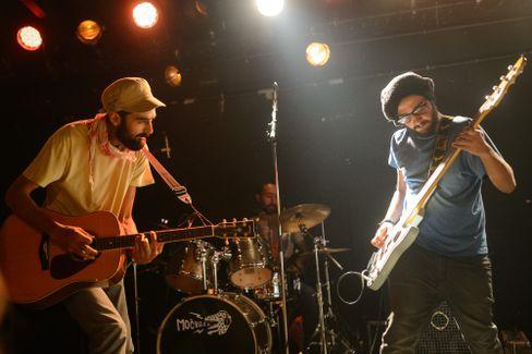Anas Maghrebi und Gitarrist Bazz bei ihrem Khebez-Dawle-Konzert in Zagreb