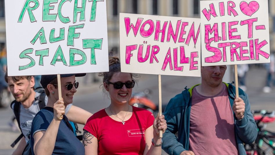 Demonstranten bei einer Kundgebung des Bündnisses #Mietenwahnsinn in Dresden