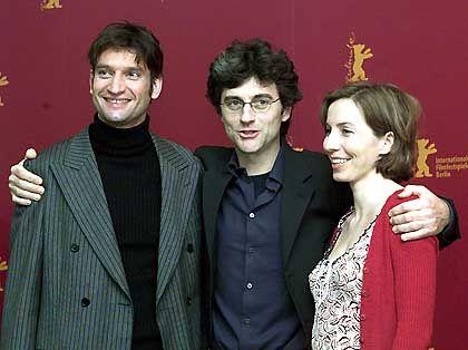 Der italienische Regisseur Silvio Soldini (Mitte) umarmt seine Hauptdarsteller Barbara Lukesova und Ivan Franek