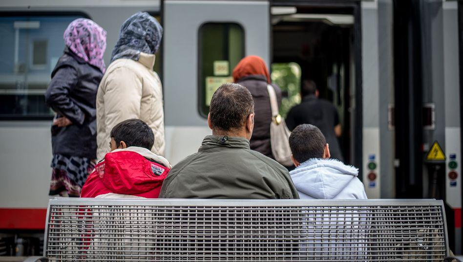 Behörden sind verpflichtet, gegen jeden illegal Eingereisten zu ermitteln, auch gegen Flüchtlinge