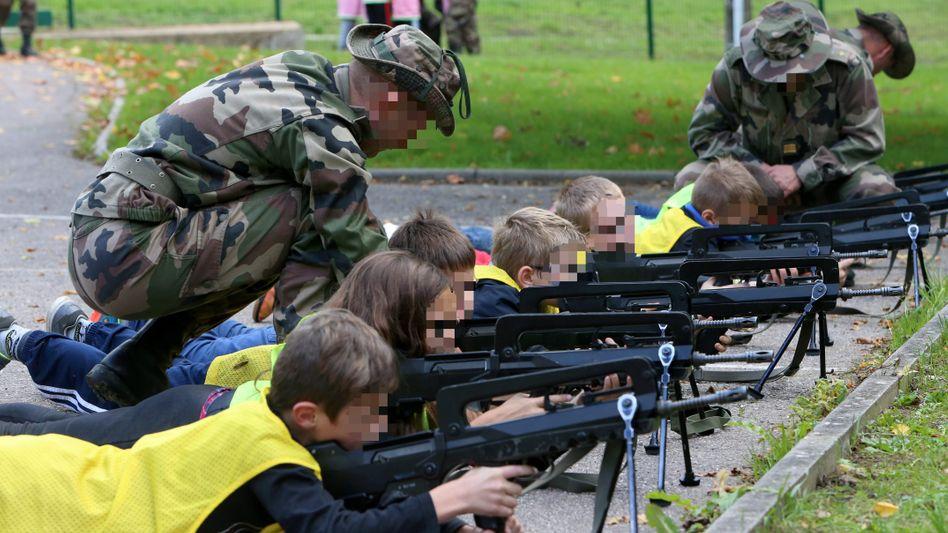 """Schüler mit Sturmgewehr vom Typ Famas: """"Die Eltern gaben an, kein Kind sei traumatisiert worden"""""""
