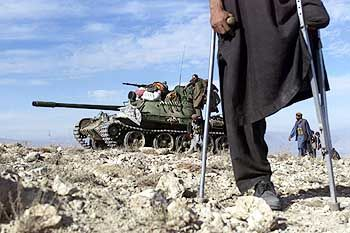 Vom Kampf gezeichnet: Ein Kriegsinvalide auf Krücken vor einem Panzer in den Bergen südlich von Jalalabad in Ost-Afghanistan